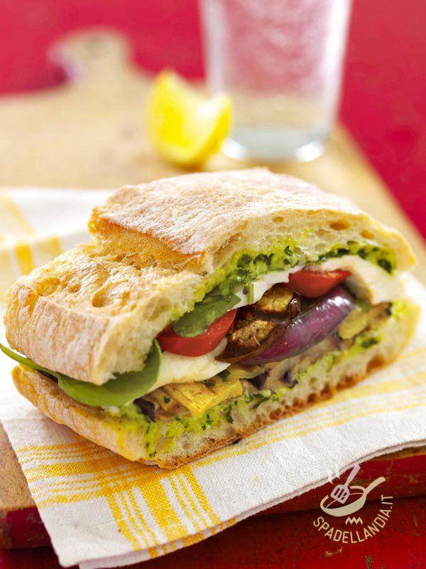 Il Panino con frittata e verdure grigliate è una idea alternativa per un lunch box in pausa pranzo davvero gustoso. Irresistibile!