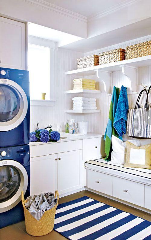 kleine waschküche modern einrichten mit blauen waschmaschine und teppich in weiß-blauen streifen