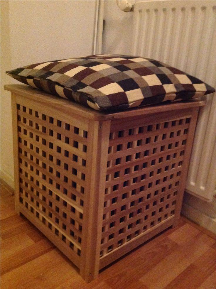 Ikea tafel Hol kun je eenvoudig omtoveren tot wasmand/bankje.  In de tafel plaats je een Ikea tas, bovenop de deksel leg je een 50x50 cm kussen en voilà.  Om het kussen op zijn plaats te houden heb ik het met twee klittenbandjes vast gezet.