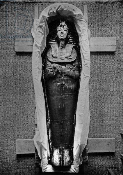 Discovery of the tomb of pharaoh Tutankhamun in the Valley of the Kings (Egypt) : Tutankhamun's mummy, 1923, photo by Harry Burton