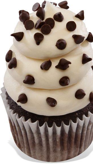 Bianco Midnight Magic Scuro torta al cioccolato con gocce di cioccolato fondente, condita con Una crema di formaggio bianco glassa e gocce ...