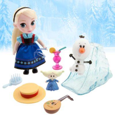 Les designers de Disney ont imaginé Elsa en petite fille, bien avant qu'elle devienne la jolie Reine des Neiges ! Cet ensemble inclut une mini poupée Elsa, une figurine Olaf, un toboggan imitation glace, un chapeau de soleil et une mandoline.