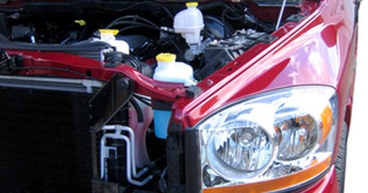 Como remover o filtro de combustível do Dodge Dakota. O filtro de combustível da Dodge Dakota é um módulo permanente do tanque e incluí a bomba de combustível. Esse módulo pode ser removido do tanque, o que requer que você remova o tanque da caminhonete, mas não é possível remover o filtro da bomba. Uma vez removido do tanque, limpe o filtro esfregando-o com uma escova de dentes e solvente. Se você ...