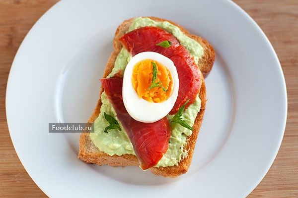 Многие предпочитают на завтрак бутерброды или тосты, как быструю и удобную еду. Чтобы внести разнообразие в такие завтраки и добавить им пользы, попробуйте приготовить тост с кремовым авокадо, копчёной неркой и яйцом. Получится полноценный, полезный и вкусный завтрак.