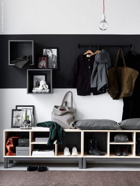 Kleding aan de muur in plaats van op een stoel + lage bankjes voor extra opberg mogelijkheden