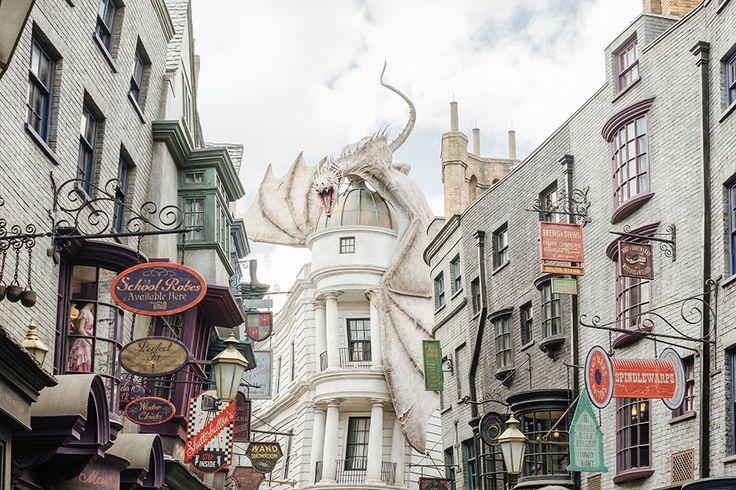 Last name Weasley right ? Aaaaah ce parc ! Je rêvais tellement d'y aller depuis l'ouverture du parc Harry Potter! J'avais adoré les studios à Londres, mais là, pouvoir se balader dans des répliques des…