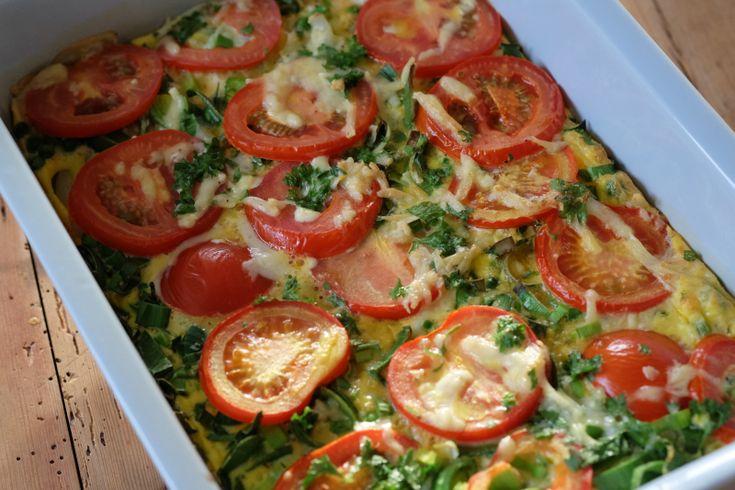 Omelett er super hverdagsmat, særlig når den lages slik som dette. Løk, purre, tomat og erter leg...