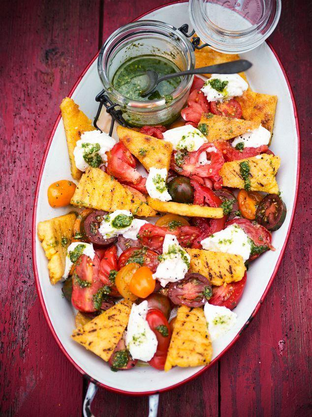 insalata di pomodoro con polenta alla griglia, mozzarella e pesto