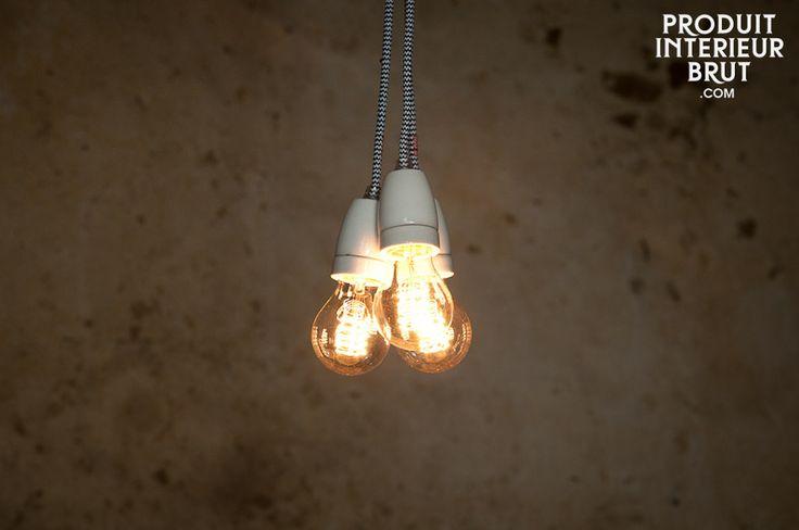Lampada a sospensione in porcellana NUD. La lampada NUD può essere usata come una semplice lampada a sospensione, altrimenti potete dare spazio alla vostra immaginazione e usarla avvolta ad una delle travi del soffitto, o usarla in cucina, o usarne più di una per creare un particolare lampadario.