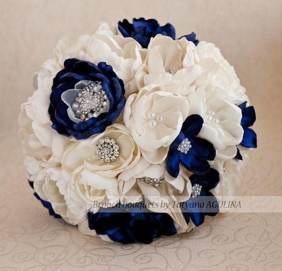Brosche-Blumenstrauß. Elfenbein und Marineblau von TatyanaAgulina