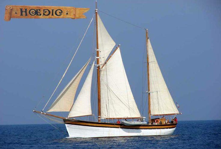 Partez à l'aventure sur un vieux gréement ketch, le Hoedic! Moussaillon d'un jour, vous naviguez sur les eaux de la méditerranée, en croisière à l'assaut des îles Port-Cros ou Porquerolles!