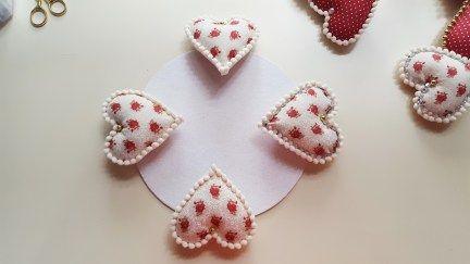 Acompanhe o passo à passo de como fazer uma guirlanda de Natal em forma de coração.