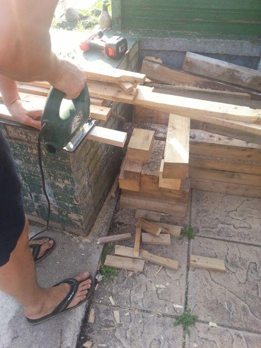Вашему вниманию наше воплощение идеи отделки стены деревянной мозаикой. После ремонта на даче осталось много досок, которые нужно было куда нибудь применить либо выкинуть, и пустая стена, с которой ну…