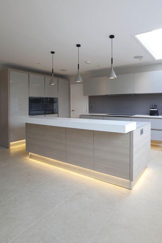 Uma cozinha moderna com ilha