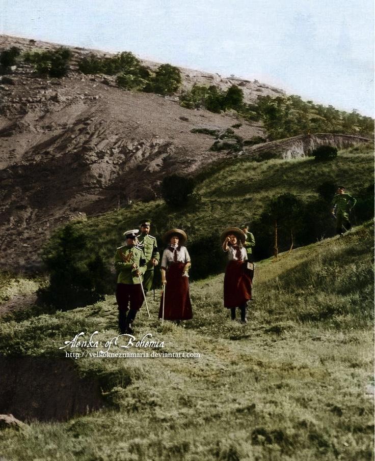 Nicholas with Tatiana, Maria and officers (1912, Crimea)