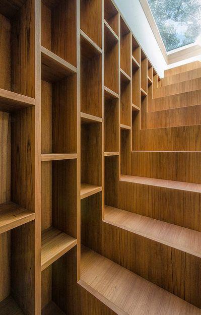 階段脇の全面壁面作り付け本棚