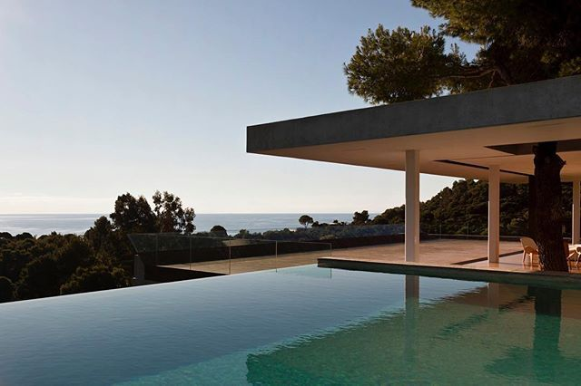 Via thehardt Situated in Skiathos Island, Greece, Plane House (2011) by  K-Studio. Summer in the Greek islands is all about being outside. The aim of the Plane House is to merge internal and external space, maximising the benefits of both and minimising the impact on the surrounding landscape. To avoid block volumes that split and dominate space, horizontal planes are inserted into the slope, immediately providing levels for sunbathing, sleeping and eating, as well as vast, open area of…