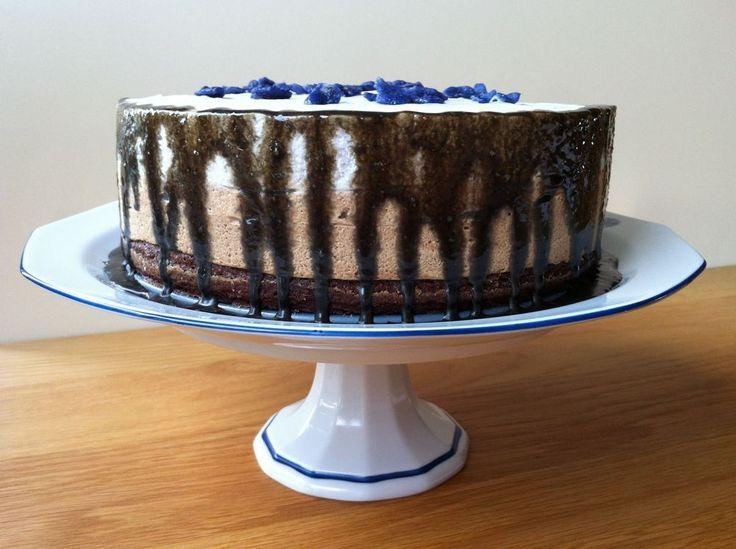 Viol- och lakritsmoussetårta med browniebotten och lakritssås