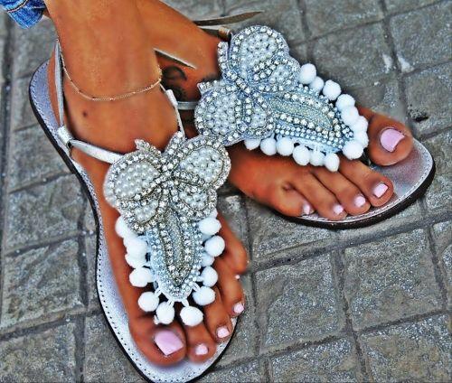Χειροποίητα νυφικά boho σανδάλια στολισμένα με πον-πον, μοτίφ χειροποίητα από κρύσταλλα και πέρλες.  http://handmadecollectionqueens.com/Νυφικα-σανδαλια-με-πον-πον-και-περλες  #handmade #fashion #bridal   #wedding   #sandals #footwear #summer #women #storiesforqueens
