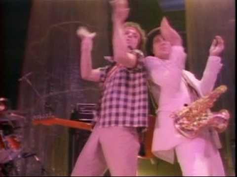 """David Bowie – """"Modern Love"""" vom Album """"Let's Dance"""" (1983) Auf einmal sah der Mann, der vor nicht allzu langer Zeit noch von Milch und Kokain lebte, aus wie ein solariumgebräunter Show-Master. Statt Avantgarde-Zirkel anvisierte Bowie mit seinem von Nile Rodgers produzierten """"Let's dance"""" plötzlich die Massen. """"Modern Love"""" eröffnet das perfekte Popalbum mit allmächtiger Ohrwurmmelodie und aufsprudelnden Saxophon-Soli. Hätte er so würdevoll und stilsicher weitergemacht, wären die 80er…"""