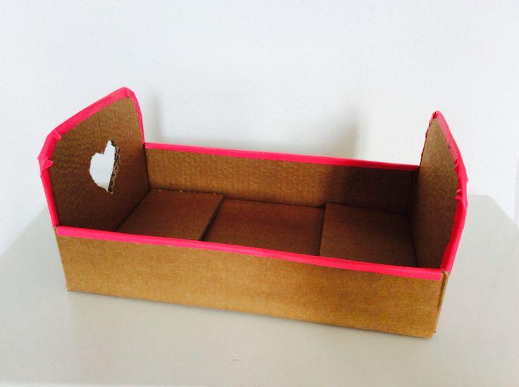Puppenbett aus einem Karton, Anleitung auf  http://creazioni-casalina.blogspot.de/2016/02/puppenbett.html