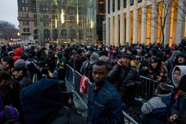 Line outside Apple Store on 5th Avenue waiting for the new iPad... sebcoss dessieiwd dianee170