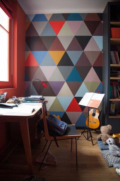 Chambre d'enfant colorée ! triangles, papier peint de chez Au Fil des Couleurs, coin bureau | The Socialite Family
