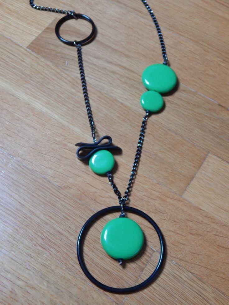 (38) κολιέ μαύρο - πράσινο με στοιχεία από χάντρες, κρίκους, καουτσούκ και δεμένο με αλυσίδα.