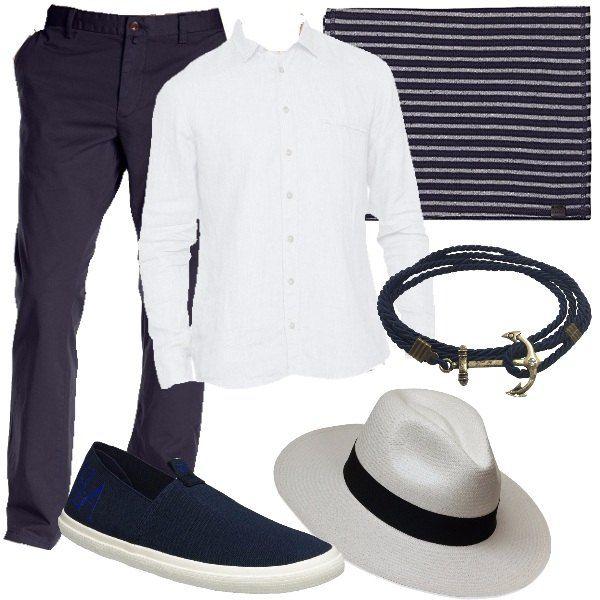 Pantaloni chino, blu, in cotone, camicia bianca, in lino, sciarpa in cotone a righe bianche e blu, scarpe blu in tessuto, panama di colore bianco e braccialetto multifilo blu con ancora.