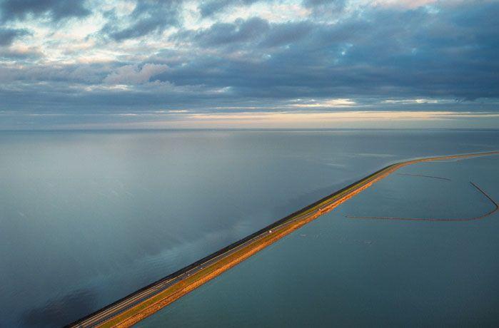 Der Afsluitdijk (Abschlussdeich) trennt das Ijsselmeer (Niederlande) vom Wattenmeer