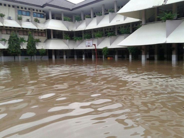 "Banjir SMA 8 hari ini bungkam sesumbar terdakwa Ahok  JAKARTA (Arrahmah.com) - Cagub DKI Jakarta yang juga terdakwa penoda agama BTP alias Ahok pernah sesumbar bahwa Sekolah Menengah Atas Negeri (SMAN 8) Jakarta tak akan terkena banjir lagi  ""Sekarang kan nggak ada cerita lagi SMA 8 banjir"" kata Ahok kepada Tim Pemenangan Ahok-Djarot di NAM Hotel Jakarta Pusat Sabtu (26/11/2016) dikutip Kompas.  Faktanya hari ini Kamis (16/2/2017) banjir setinggi 70 sentimeter merendam gedung SMAN 8 di…"