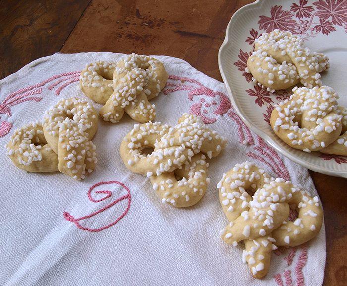 Recept på gräddkringlor, en vanlig hembakad småkaka på 20-talet då man fikade och umgicks hos varandra varenda dag. Det här är små sockrade kringlor med vispgrädde och gräddfil i degen.