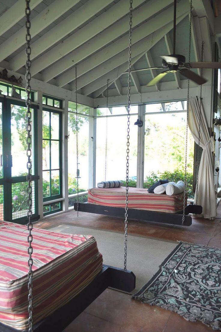 Les lits suspendus se transforment volontiers en petits canapés d'appoint pour profiter de la lumière régnant dans la véranda