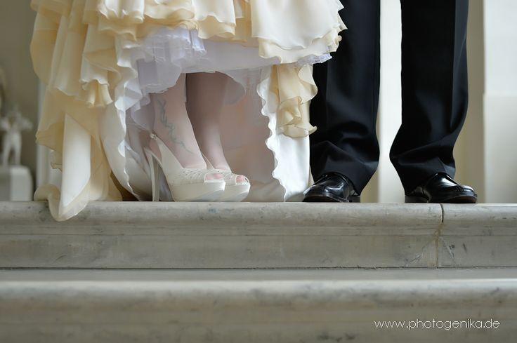 Hochzeit Brautschuhe Peeptoe creme mit Strasssteinchen und Lederschuhe Bräutigam schwarz