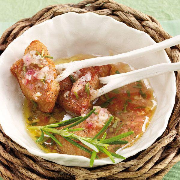 Fondue mit Schweinefilet: Bei unserem Rezept wird das Fleisch zuerst mariniert, dann im heißen Öl gegart und anschließend mit Marinade beträufelt und gegessen.