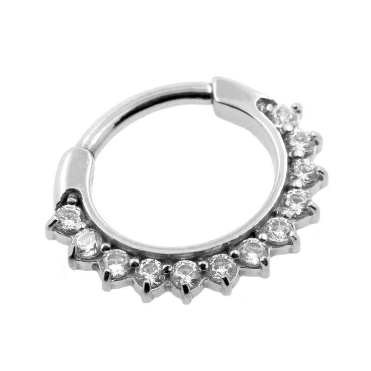Superfancy septumring met eenvoudig clicksysteem om hem te openen en te sluiten. Deze prachtige ring is voorzien van heldere zirkonia stenen in een zetting en heeft een rondgebogen staafje. Deze ringen zijn zeer compact en sluiten daarom goed aan op je septum wat ze een extra chique uitstraling geeft. Gemaakt van hoge kwaliteit chirurgisch staal, gepolijst tot een spiegelend oppervlak. Ring met kliksysteem die makkelijk opent en sluitGeschikt voor 1,2 mm piercingsGemaakt van chirurgisch…