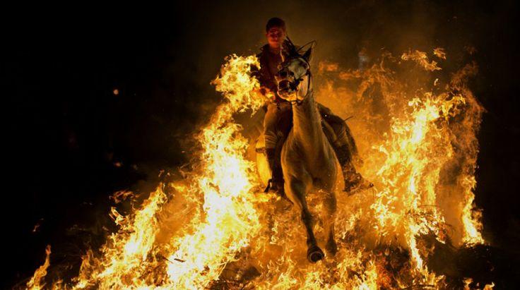 La fiesta en la que los caballos atraviesan fuego