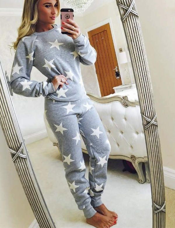 This star loungesuit makes for a look both glamorous and relaxed. Easy wearing, Lightweight fabric perfect for summer & effortless style. This two-piece is the perfect pick for those dressed down days and chilled sofa nights!• Grey, Star Patterned   • Top & Bottoms   • True To Size•Material : 100% Polyester   • Machine WashablePre-order this seasons hottest trend, for UK delivery around the 30th June. Therefore, please note this item is not availiable for express or nextday delivery...