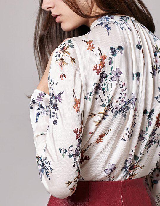 Da Stradivarius troverai 1 Camicia fiori collo perkins donna per soli 19.95 Italia . Entra ora e scoprilo insieme a CAMICETTE.