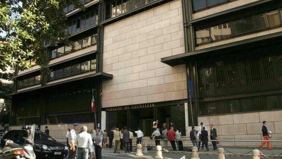 Due dipendenti di palazzo di giustizia 'traditi' da un vetro smerigliato che dà sull'aula.  Per loro potrebbe scattare una segnalazione interna