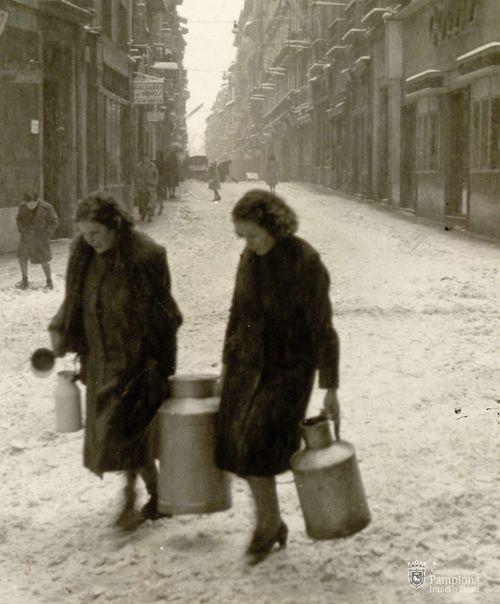 """Exposición fotográfica Día Internacional de la Mujer """"Lecheras en la calle Mayor"""" 1945, AMP CA #Pamplona"""