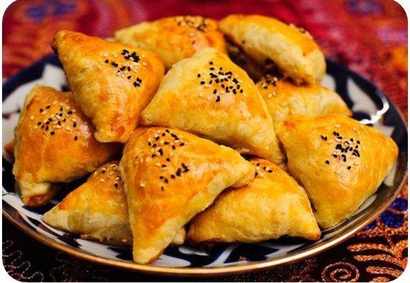 Samsa    Uzbek - Bir tandır fırında pişmiş oluyor bir üçgen hamur pasta böylece ekmek şekilde gevrek ve süper yumuşak hem de. Manty gibi, zemin kuzu, otlar ve en ilginç geleneksel seçeneği, kabak gibi şeylerin çeşitli doldurulabilir.