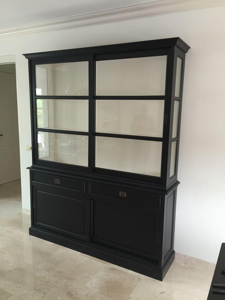 Tijdloze sfeervolle zwarte buffetkast met witte binnenkant, schuifdeuren en brede laden
