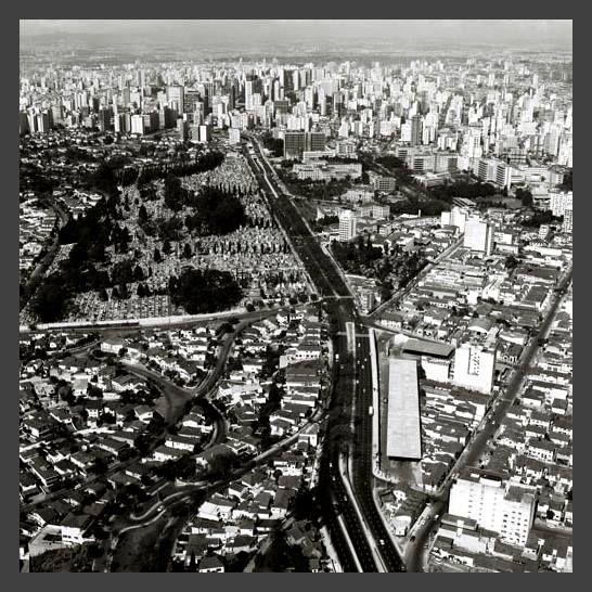 ( 1970 ) - AVENIDA DOUTOR ARNALDO, quando a Avenida Paulo VI , que é a continuação da Avenida Sumaré ainda não existia - Em primeiro plano, à esquerda, o bairro do Sumaré, à direita , cortando a imagem de baixo para o canto direito da foto, a Rua Oscar Freire. A rua que une essa última citada com Rua Oscar Freire é a Rua Galeno de Almeida. À esquerda, no centro da foto, a Rua Cardoso de Almeida e o Cemitério do Araçá. Um pedaço da Rua Cardeal Arcoverde , Teodoro Sampaio.