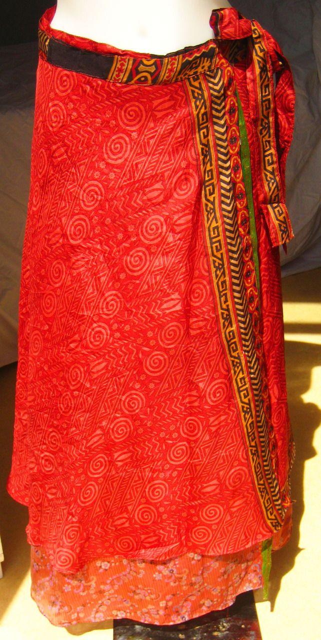 Jupe indienne. Jupe longue en soie rouge.