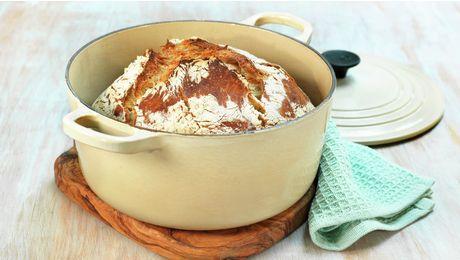 Grytebrød, eltefritt brød eller no-knead-bread om du vil, er en brødbakingsteknikk som gir et luftig, saftig og perfekt brød med sprø skorpe. Denne oppskriften er en litt grovere variant med masse deilige frø. Oppskriften gir 1 brød.