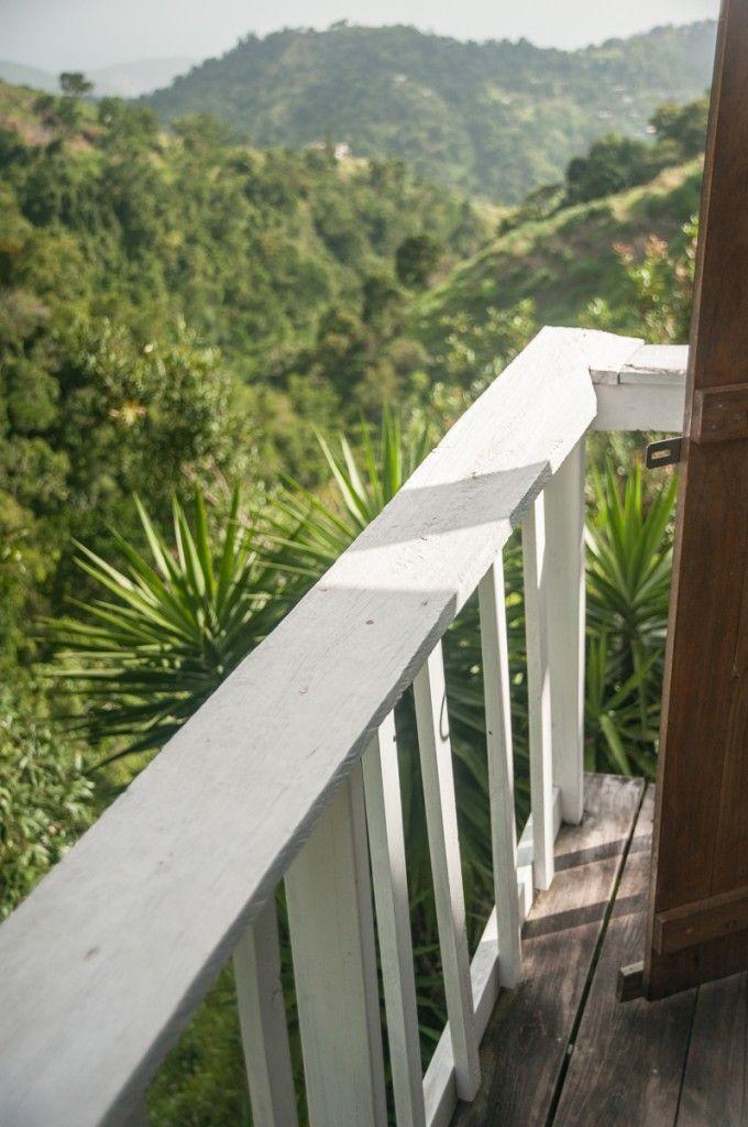 Échange et visite des Blue Mountains en Jamaïque (Detour Local) -> La vue d'une des terasses de Mount Edge Guest House www.detourlocal.com/echange-visite-velo-blue-mountains-jamaique/