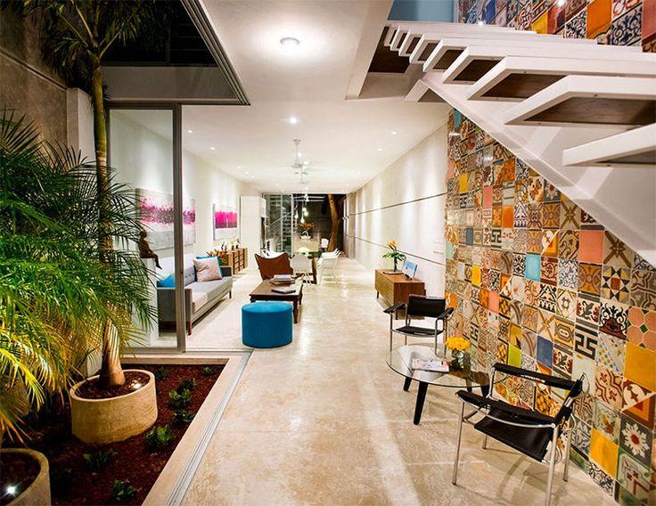 A H. Ponce Arquitectos é a responsável pelo projeto desta casa com um terreno de dimensões muito particulares (5 x 40 m). A residência não é apenas linda de se ver, mas também dá vontade de se viver nela. Localiza-se no Centro Histórico de Mérida, México.  Fotografia: Alberto Cárceres.