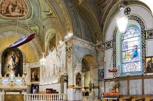 Chapelle Notre-Dame-de-Bon-Secours aussi appelée la chapelle des marins.  Il y a aussi les bateaux suspendus qui évoquent l'attachement à la Chapelle des marins et des débardeurs. Le premier témoignage connu et documenté de foi maritime  remonte au 26 mai 1872 lorsque des zouaves pontificaux, venus de partout au Canada, ont voulu remercier la Vierge Marie de les avoir protégés lors de leur retour du siège de Rome où ils avaient défendu le Pape Pie IX.