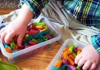 ОКРАШИВАЕМ МАКАРОНЫ ДЛЯ МАЛЫШЕЙ ✔ Ваш ребенок сможет: - сортировать макароны по размеру, форме, цвету - нанизывать и составлять бусы из макарон - играть с макаронами, набирая ложечкой и т.д. ✔ Это занятие поможет решить следующие задачи: - совершенствовать зрительное восприятие детей - развивать мелкую моторику пальцев рук - формировать чувство композиции - развивать тактильные ощущения и т.д. ✔ Для окрашивания макарон вам понадобятся: - макаронные изделия забавной формы с отверстием в…